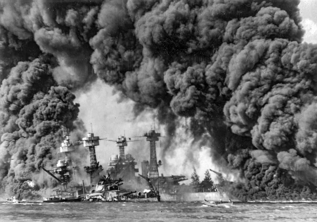 Burning_ships_at_Pearl_Harbor 1941